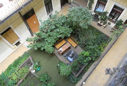 A Dembinszky utca egyik bérházában a lakók közös munkájának eredményeként szépült meg a belső kert