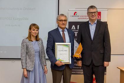 Botka-Kovács Judit, az FM Főosztályvezetője, a díjazott Szabó István, Alfa-Gép Kft.,  és Harsányi Zsolt, a MEGFOSZ elnöke