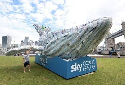 A Sky Ocean Rescue látványos kampánnyal hívja fel a figyelmet a mindent elborító műanyaghulladékkal.
