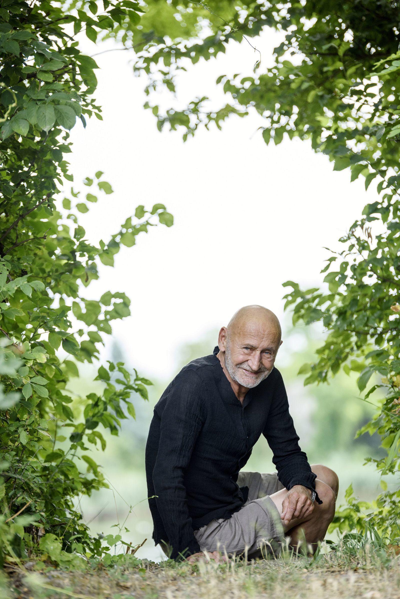 3f4d096286 Beszélgetésünket a kertben kezdtük, de hamarosan a közeli, vadregényes  Duna-parton folytattuk, hiszen Reviczky Gábor szenvedélyes horgász, ...