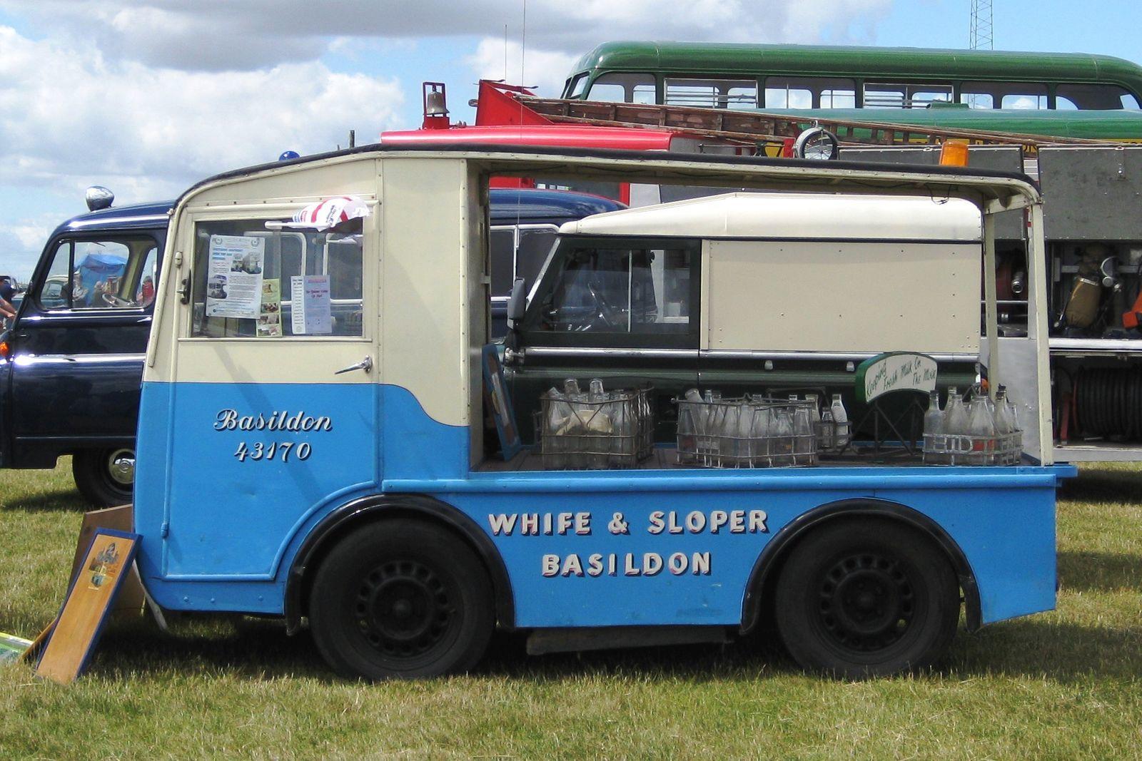 Angliában sok helyen máig ilyen nyitott kocsikkal szállítják házhoz a tejet.
