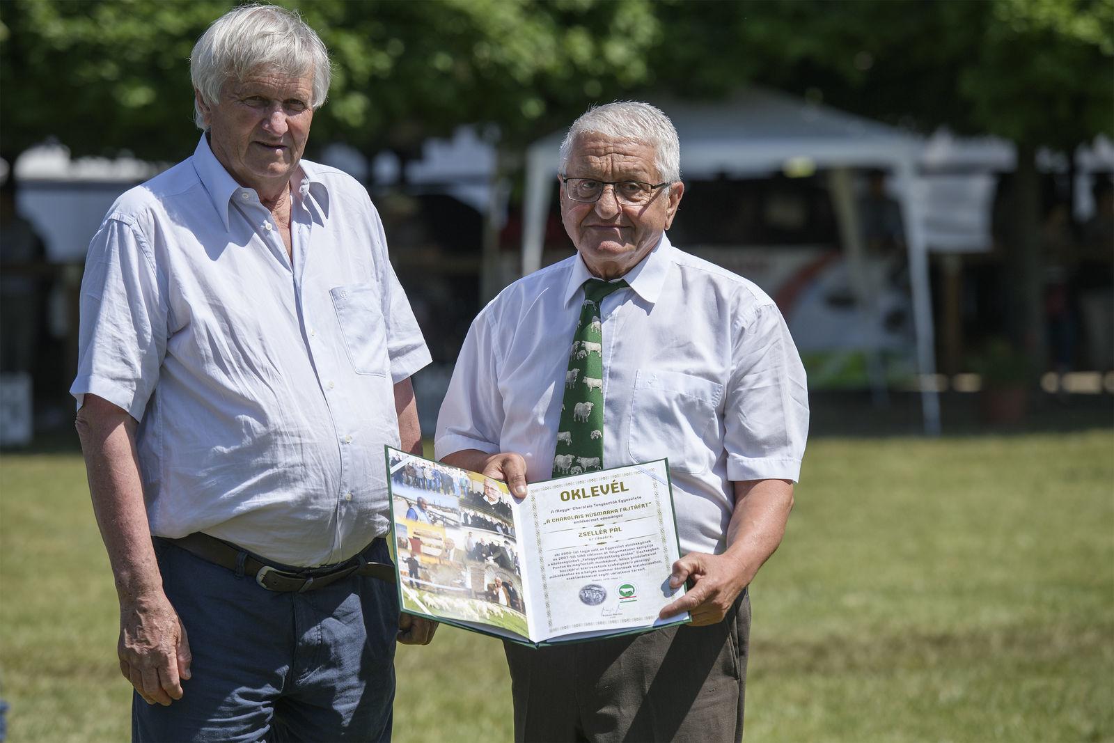 A díjat Bujdosó Márton, az MCTE elnöke adta át Zsellér Pálnak (jobbra)