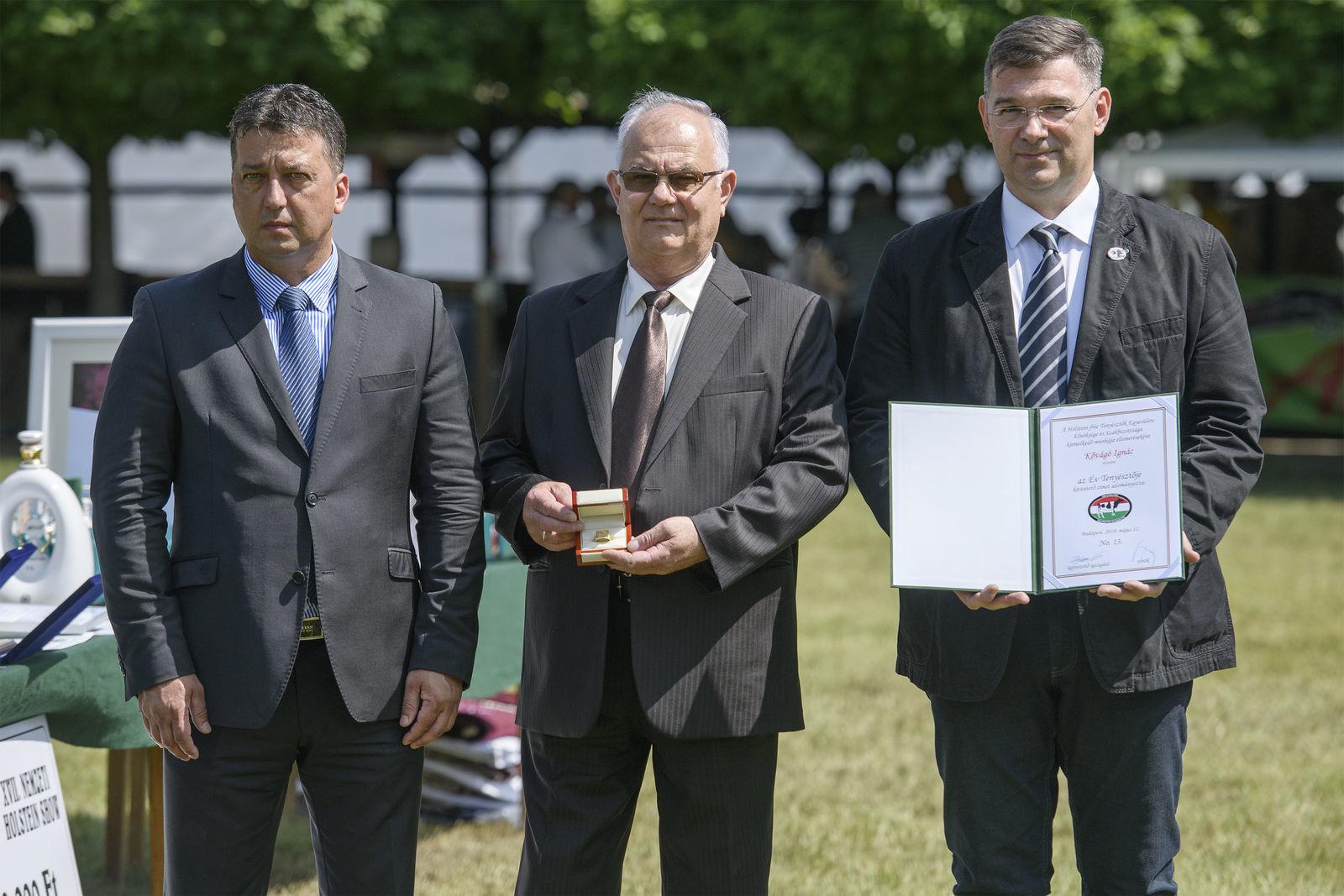 Kővágó Ignácnak a díjat a Holstein-fríz Tenyésztők Egyesületének ügyvezető igazgatója, Bognár László és Antal Gábor elnökségi tag adta át