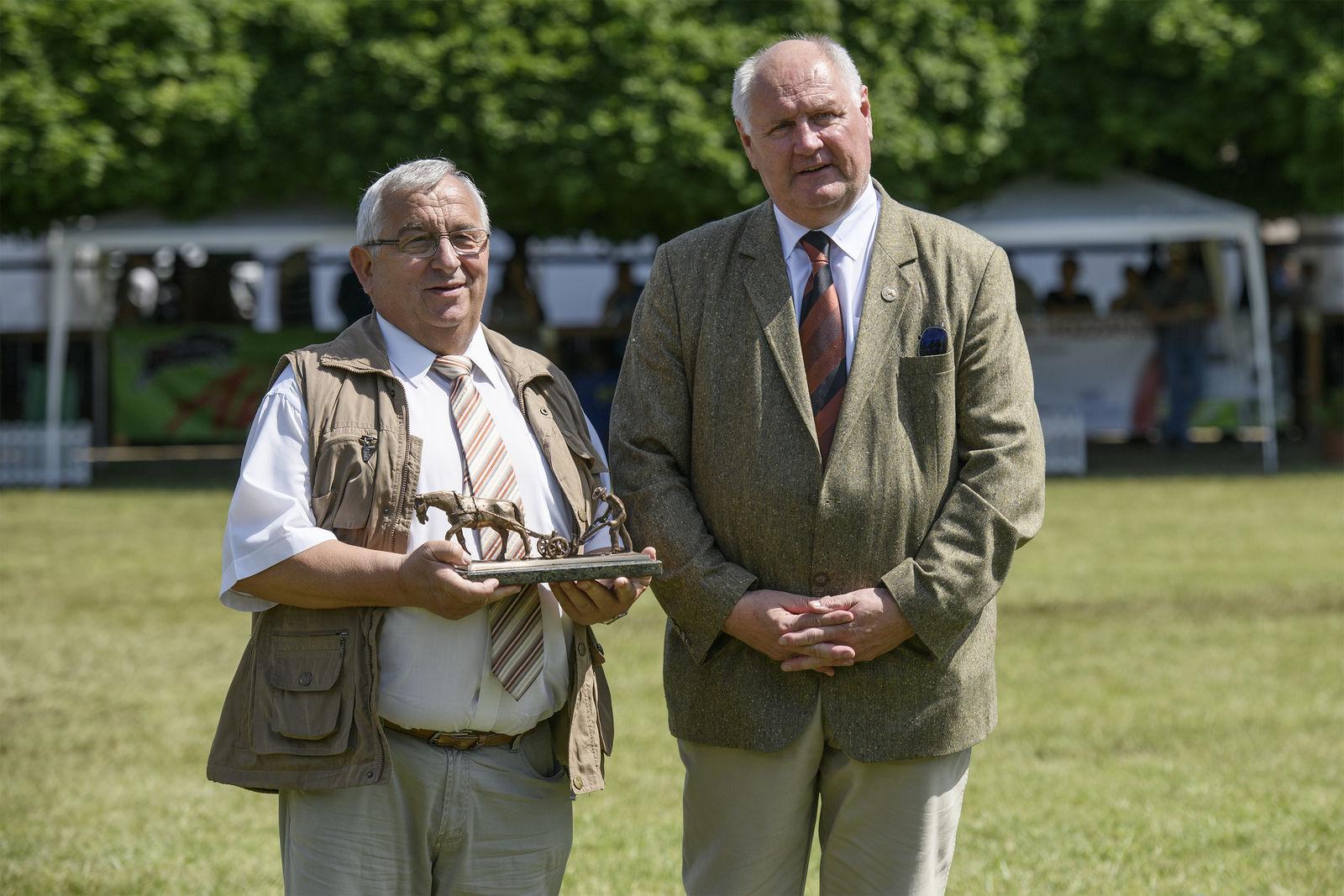A Holstein nagydíjat Baranyai Sándor, a Szarvasmarha Tenyésztők Szövetségének elnöke adta át Tóth Istvánnak, a kft. ügyvezető igazgatójának.