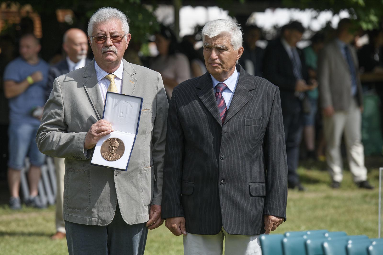 Egyed Béla a díjat Mihók Sándortól, a MÁSZ társelnökétől vette át