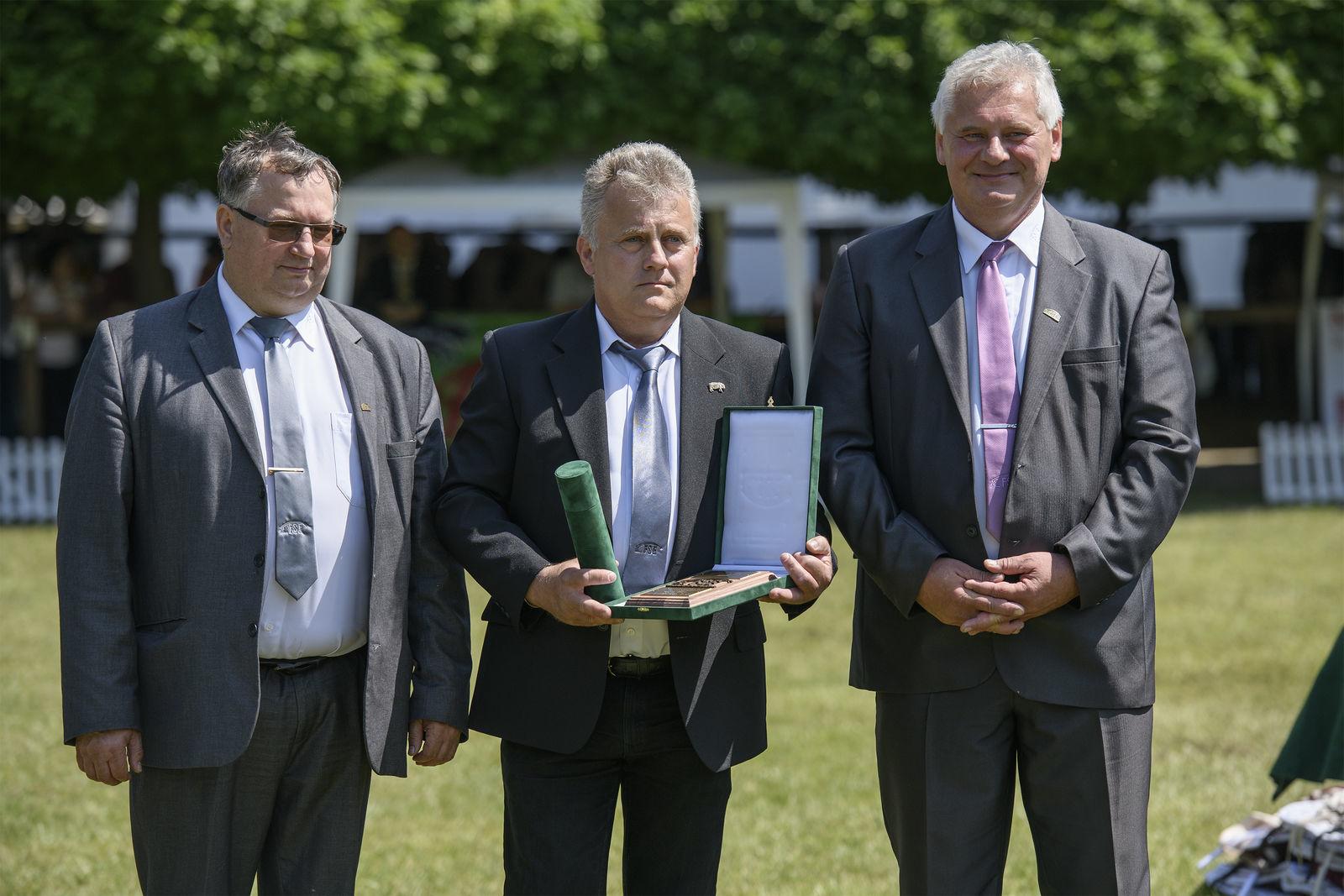 Az elismerést Kupi István (középen) vette át Kiss Györgytől, az MFSE elnökétől és Eicher Józseftől, az egyesület ügyvezető igazgatójától