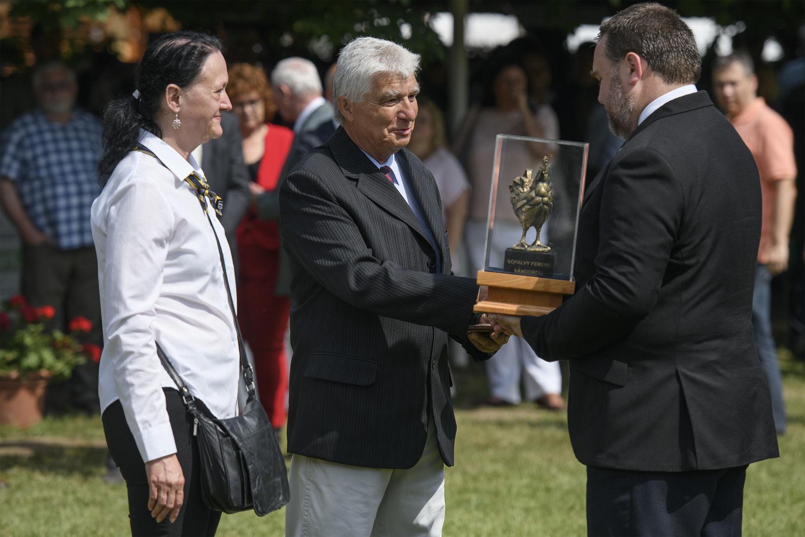 A díjat Sófalvy Erzsébet és dr. Horváth József, az SzTE Mg. Kar dékánja adta át Mihók Sándornak, a Debreceni Egyetem professor emeritusának