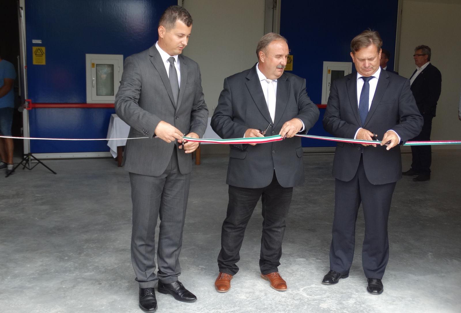 A szalagot Kis Miklós Zsolt államtitkár, Családi János tész-elnök és Széles Sándor Győr-Moson-Sopron megye kormánymegbízottja vágta át