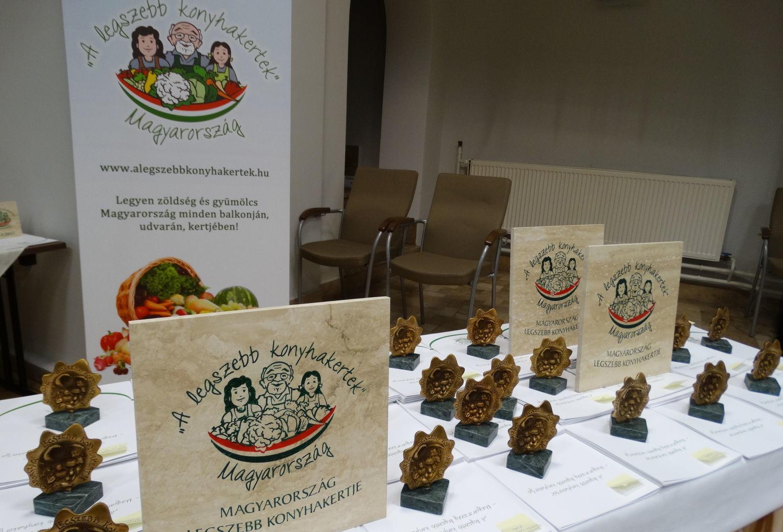 Az idén 37 település 45 kertje érdemelte ki a Magyarország legszebb konyhakertje országos díjat. A többszörös díjazottak emléktáblát kaptak
