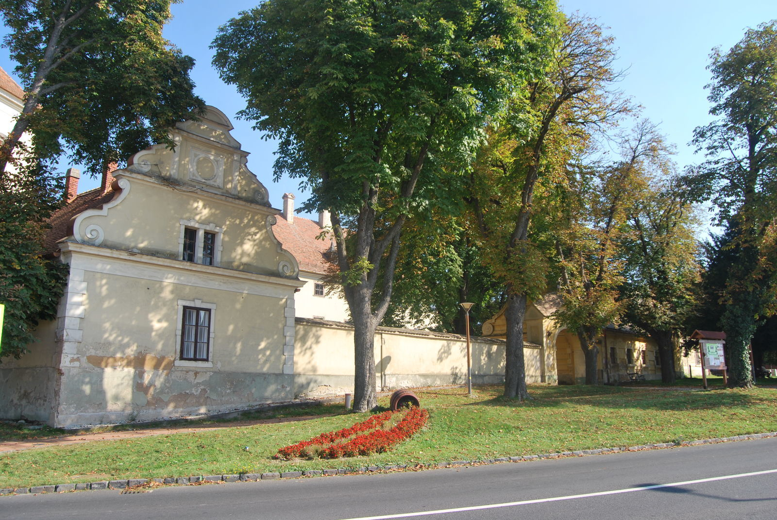 A barokk stílusú kastélyban ma könyvtár üzemel 46e85eee41