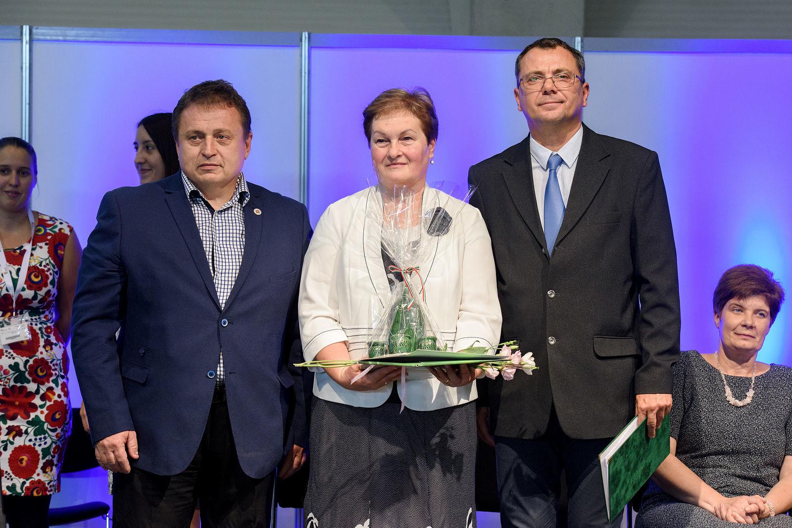 Mackó Ferencné Veronika Sárarany Szalmaporta műhelygalériájáért kapott díjat
