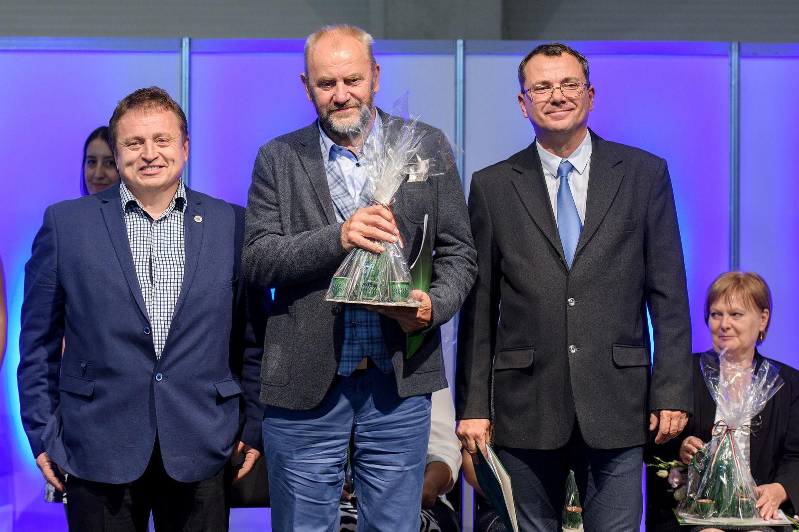 A Patóhegyi Borházfalunak járó díjat Sebők Sándor vehette át