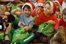 A Komáromi Tóparti Óvodában száz kisgyermek kapott friss almával, almaszirommal, zöldségcsipsszel és dióval megtöltött mikuláscsomagot