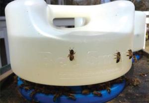 Légfékes itató méheknek